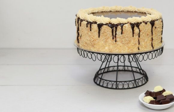 Buy Delicious and Luscious Cake from Online